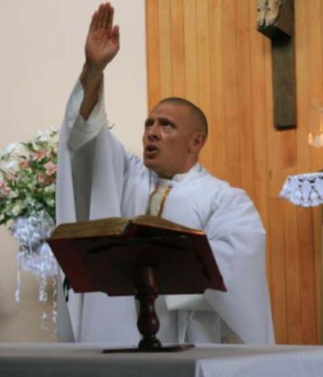 sacerdote colombiano fisicoculturista
