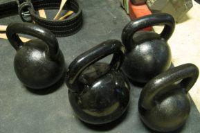 El entrenamiento con pesas rusas Kettlebells