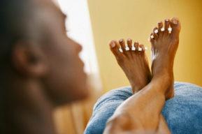 Los hombres también cuidan sus pies