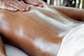 Tratar la piel con una base de miel