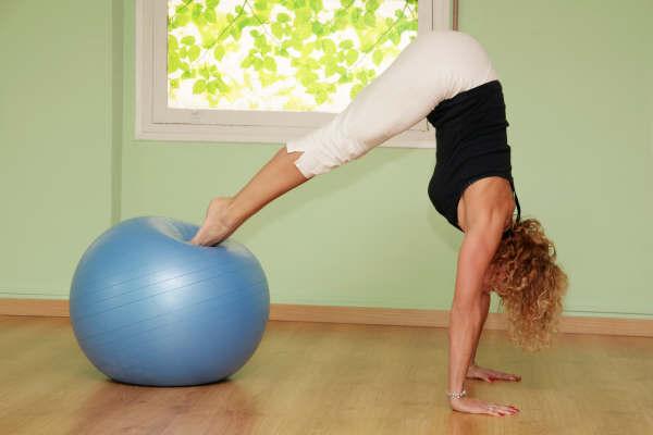 Pilates con pelota suiza