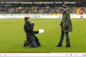 Pedir matrimonio en un campo de fútbol