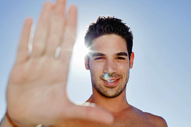 Cuidados para la piel del hombre en verano