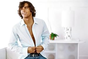 hombre abotonándose la camisa