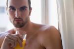 hombre tomando zumo de naranja