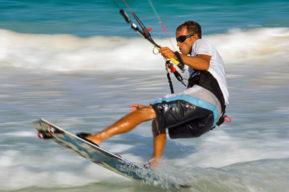 Un deporte relacionado con el viento, el kitesurf