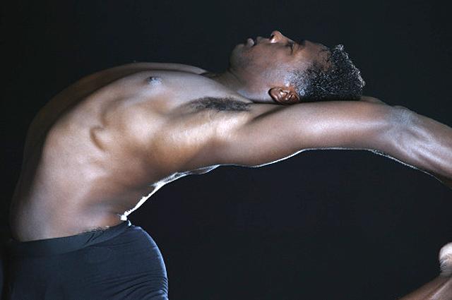 hombre haciendo stretching