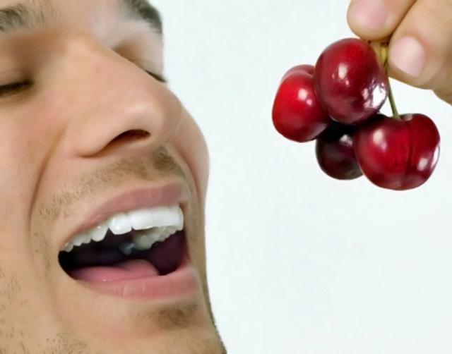 hombre comiendo cerezas