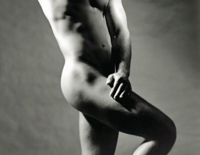 Hombre desnudo posando