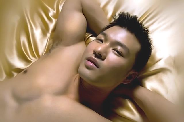 hombre desnudo en la cama