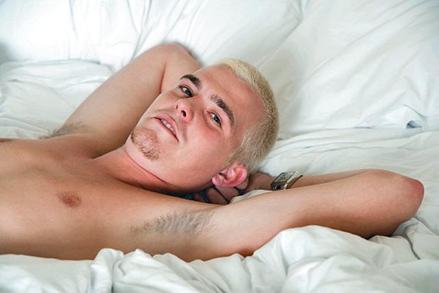 hombre tumbado en la cama