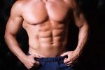 Hombre musculado posando
