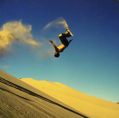 bajar por una cuesta llena de arena, sandboarding