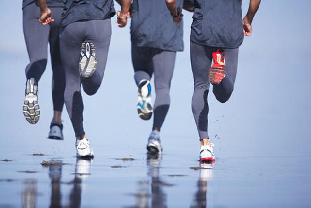 Hombres corriendo en la playa