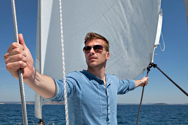 hombre en un velero