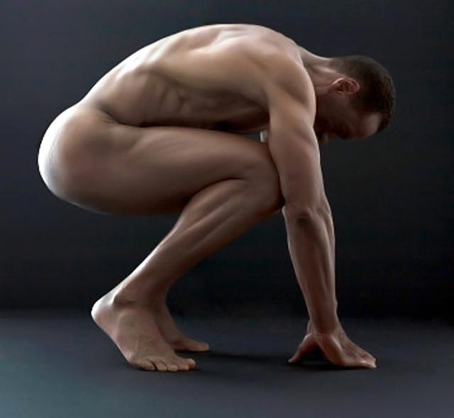 hombre desnudo en cuclillas