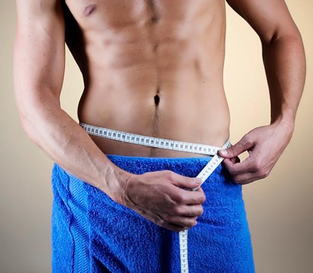 hombre midiendo abdomen