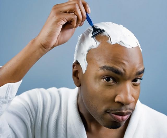 hombre afeitandose la cabeza