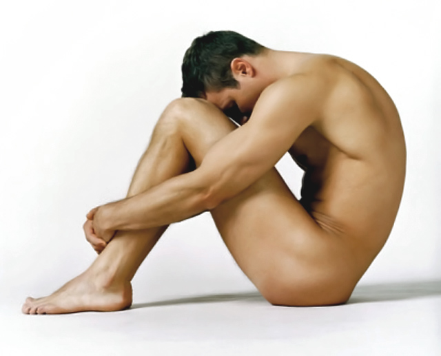 hombre desnudo sentado en el suelo