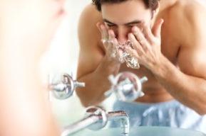 La limpieza de la piel y restos de maquillaje en los hombres
