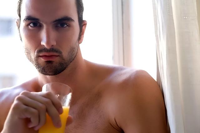 hombre bebiendo zumo de naranja