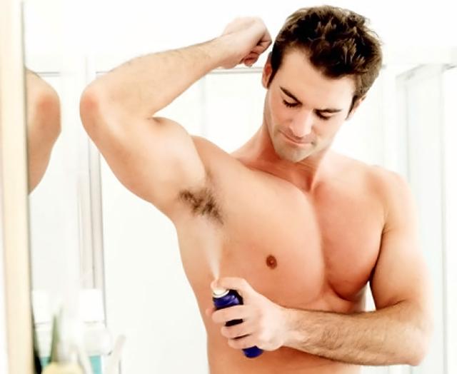 hombre aplicandose desodorante