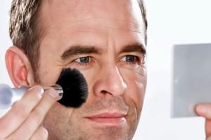 hombre maquillandose