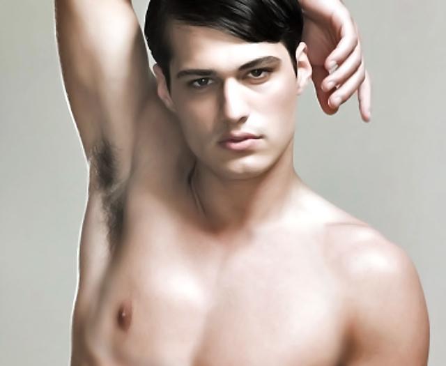 joven posando torso desnudo