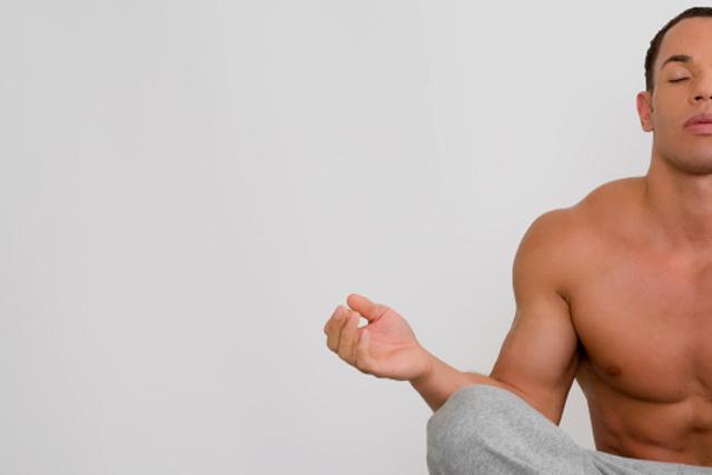 hombre en posición de yoga