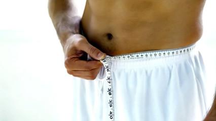 hombre midiendo su vientre