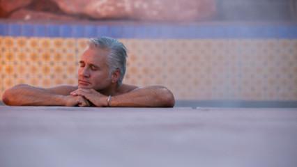 hombre en un spa