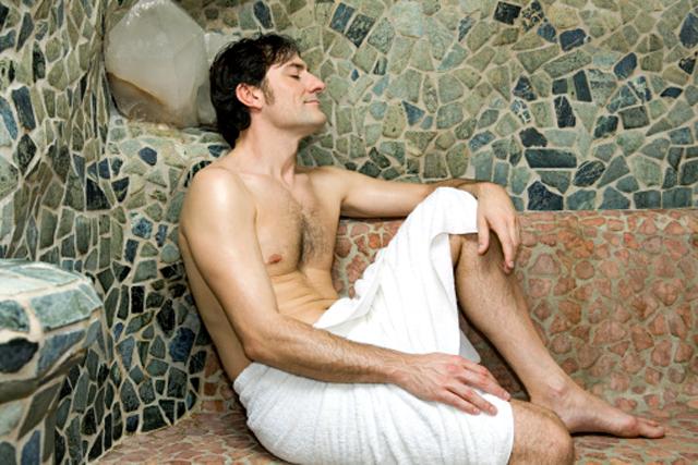 Hombre en una sauna