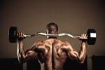 Bodybuilder con pesas en las espalda