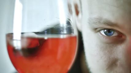 Hombre con copa de vino