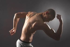 Atleta musculoso posando