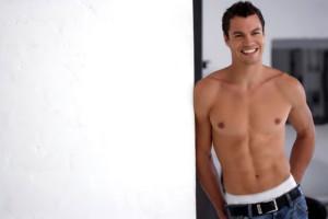Hombre posando con el torso desnudo