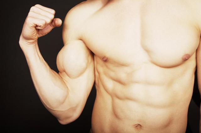 Hombre con el torso desnudo