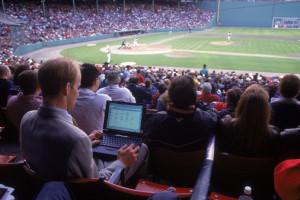 Un hombre tomando estadísticas durante un partido