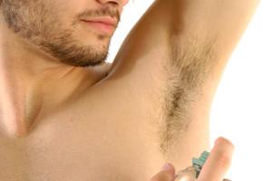 Hombre aplicándose desodorante