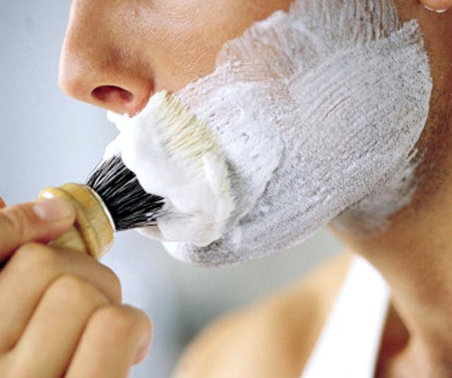 El afeitado clásico con brocha y jaboncillo