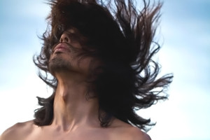 Hombre con pelo largo revuelto
