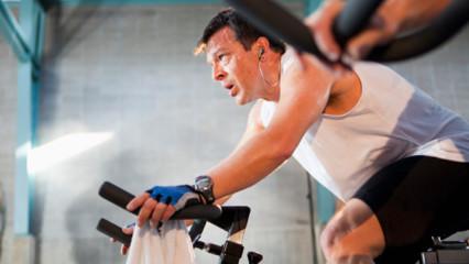 La sesión de entrenamiento en bicicleta de spinning