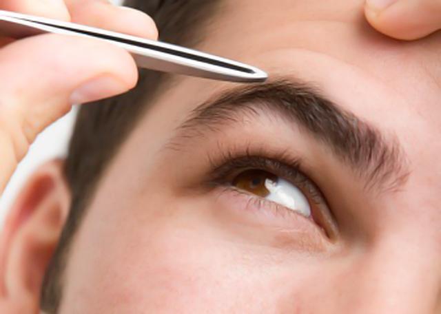 Pequeño manual de depilación de las cejas para hombre