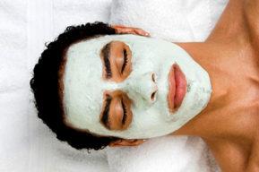 La limpieza y exfoliación de la piel de los hombres
