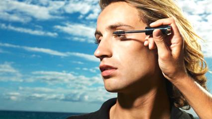 Productos de maquillaje para hombres coquetos
