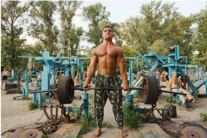 Un gimnasio en la playa donde se entrena con chatarra