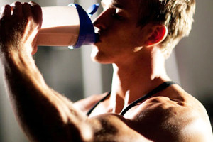 Deportista tomando proteínas