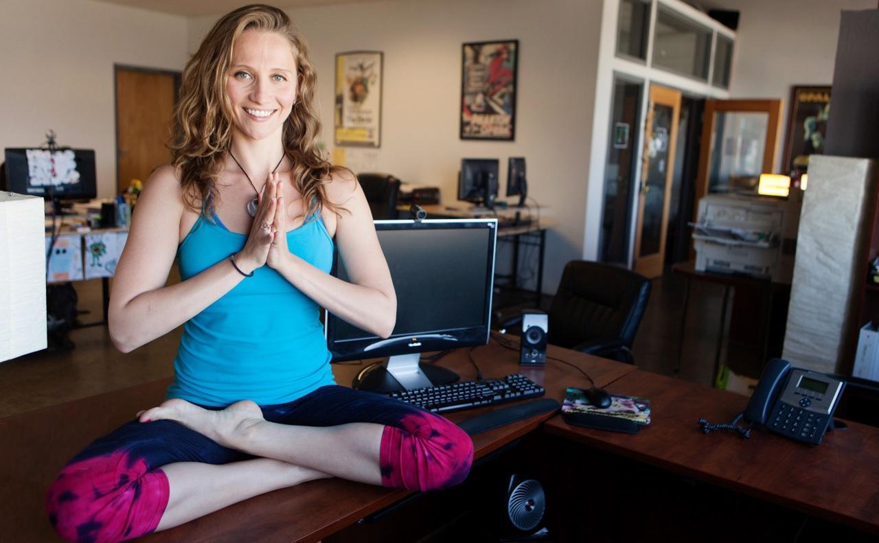 Canaliza tu zen interior con el yoga en la oficina