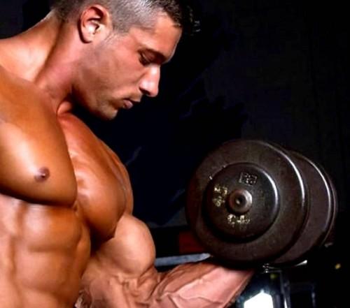 Hombre musculándose