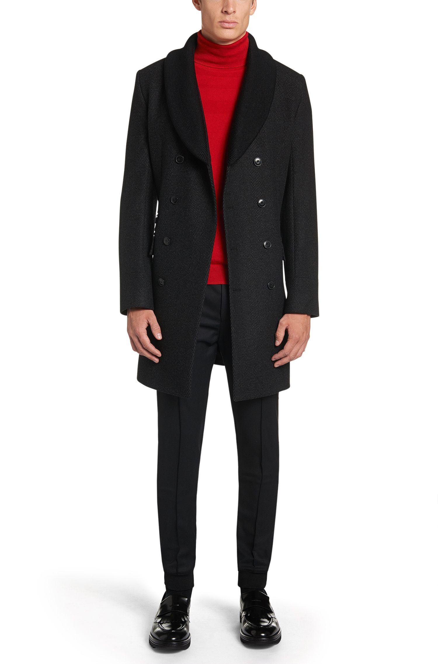 Este modelo de abrigo liso de corte estrecho tiene cierres de manga abotonables. Un abrigo con forro que combina especialmente bien con trajes.